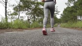 бегать трусцой : woman running in forest slowmotion