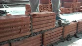 кирпичная кладка : Worker building masonry house wall