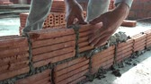 parede de tijolos : Worker building masonry house wall