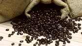 linho : Coffee beans spilled out from burlap sack