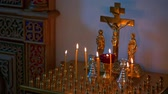 adventskranz : Brennende Kerzen Before The Altar In der Kirche Stock Footage
