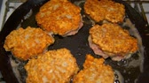 kotlety mielone : cool cutlets fried in a pan. Wideo