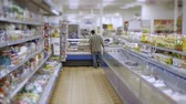 cartn corrugado : man doing shopping in the supermarket food Stock Footage
