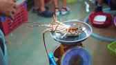 cena urbana : night food market in Asia, lobster on scales stirs claws, selling seafood to restaurants and travelers, exotic dishes, street food Stock Footage