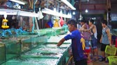 рестораны : Night market of seafood in Asia, crabs and lobsters in the aquariums for sale to restaurants and tourists