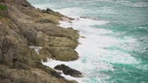se movendo para cima : Rock and waves in the turquoise sea. The power and beauty of the ocean