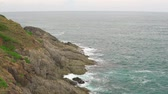 uniek : Tropical seascape at summer cloudy day. Sea waves break on stony shore Stockvideo