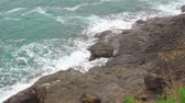 behang : turquoise sea water. waves break on the rocks on the shore. seascape, serenity