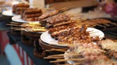 set de table : A lot of portions of fried meat kebabs are on white plates on the counter. Fresh BBQ skewers closeup, slow motion Vidéos Libres De Droits