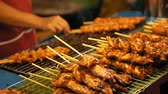 raro : Preparing tasty barbecue on the grill in outdoor. Chef hands shifts the roasted chicken kebabs, slow motion Vídeos