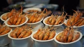 roi : Delicious red prepared shrimp are served on their plates. Shrimp dish in traditional Asian food market