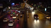 dinâmica : Timelapse, a busy crossroad in the business district. Car traffic on the busy downtown street during rush hour at night