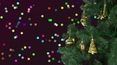 confete : Abstract background Christmas celebrate. Christmas holiday eve. Green fir tree with gold decor. Greeting Christmas and New Year. Glitter colorful bokeh lights at background. Shiny confetti circles.