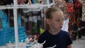 ebeveyn : Young mom together daughter shopping and choosing goods in store Stok Video