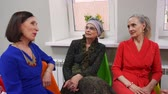 dinlenmek : Three Senior Women Talks Sit Relax Atmosphere. Attractive Elderly Caucasian Ladies Have Rest Chat Together. Indoor Interior Leisure Time Socialize Pastime Happy Emotions Communication Concept
