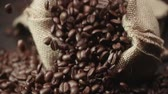 джут : quality of grain roasted coffee to spill from the bag jute , slow motion