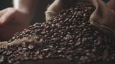 джут : human hands to touch high-quality coffee beans to scatter, bag jute, slow motion