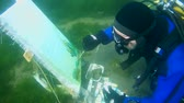 atrás : Underwater painter Yuriy Alekseev paints a picture under water. Lake Baikal, Siberia, Russia, Eurasia