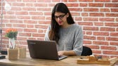 Close-up Of A Smiling Young Woman Wearing Glasses Using Laptop In Office Vidéos Libres De Droits