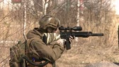 конфликт : A soldier looks through the gun sight.Armed conflict.