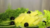 couve flor : Fresh vegetables on the plate, in a circular motion.Potatoes with olives and cucumbers. Vídeos