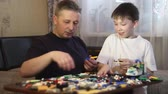 uitvinder : Father and son play LEGO. To work with children.The relationship of father and child.Educational games .