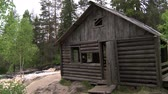 finsko : Abandoned hunting Lodge in the forest.