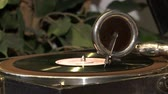 винил : An antique gramophone.