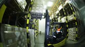 paketleme : Loader in the warehouse transports the goods.