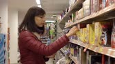 aquisitivo : Woman in supermarket Stock Footage