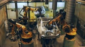 automatický : car bodies moving on conveyor to robots for welding details, making car body Dostupné videozáznamy