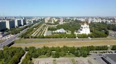 amplo : large green recreation area with wide alleys and huge orthodox cathedral, aerial view in summer day Vídeos