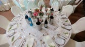 borgonha : White round dinner table served for rich wedding party