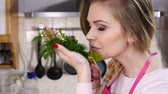 koperek : Young woman smelling dill herb Wideo