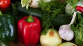 салат латук : Healthy vegetables on kitchen table close up