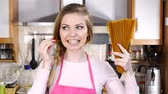 erişte : Young woman holding whole grain long pasta Stok Video