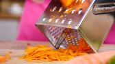 hazırlanıyor : Hand grating carrot Stok Video
