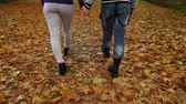 amantes : Couple in love enjoying romantic date holding hands 4K