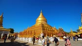 построен структуры : Tourist visiting Shwezigon pagoda in Bagan Стоковые видеозаписи