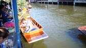 crença : Thai people praying and put food offerings monks in traditional procession by boat in Sainoi canal at Wat Sai Yai in Nonthaburi, Thailand. Vídeos