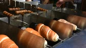 snackbar : People making and grilling bread prague style called Trdelnik for sale and popular in Czechia at.restaurant in Prague, Czech Republic Stockvideo