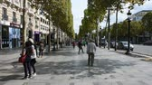 사치 : French people and foreigner travlers walking visit and shopping at sidewalk in L'avenue des Champs-Elysees on September 6, 2017 in Paris, France