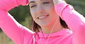 vigoroso : Close up of smiling sportswoman tying up her hair before jogging