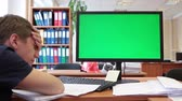 arquitetônico : Man sleeping when looking at green screen of pc at working place