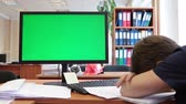 arquitetônico : Man sleeping on the table near green screen of pc, chromakey Stock Footage