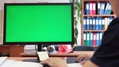 arquitetônico : Man typing with keyboard and looking at green screen, chromakey Stock Footage