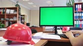 arquitetônico : Construction engineer worker jobsite with green screen and hardhat