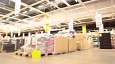 agd : Moving through the Ikea warehouse with shopping customers Wideo