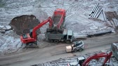 sable : Chantier de construction de machines: camions, pelle, chargeur. Timelapse vidéo HD