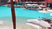 HURGHADA, ÄGYPTEN - CIRCA NOV, 2015: Die Leute sind im Luxushotel mit blauem Pool am Nachmittag. Die Alf Leila Wa Leila Spa 1001 Nights ist eine der Pickalbatros Kettenspas in Hurgada Resort
